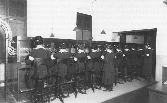 女性通訊部隊在法國紹蒙工作。(Wikipedia / Public Domain)
