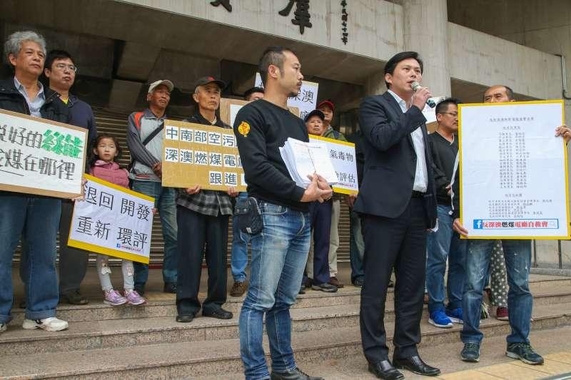 20180416-立法院,「拒絕空污!反對興建深澳燃煤電廠」記者會在立院外舉行,時代力量立委黃國昌出席)前來聲援。(陳明仁攝)