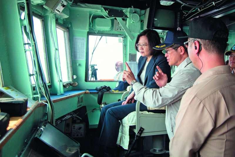 蔡英文(左)選在美、中強權對峙時間點後,到蘇澳進行海軍戰備抽測。(軍聞社提供)