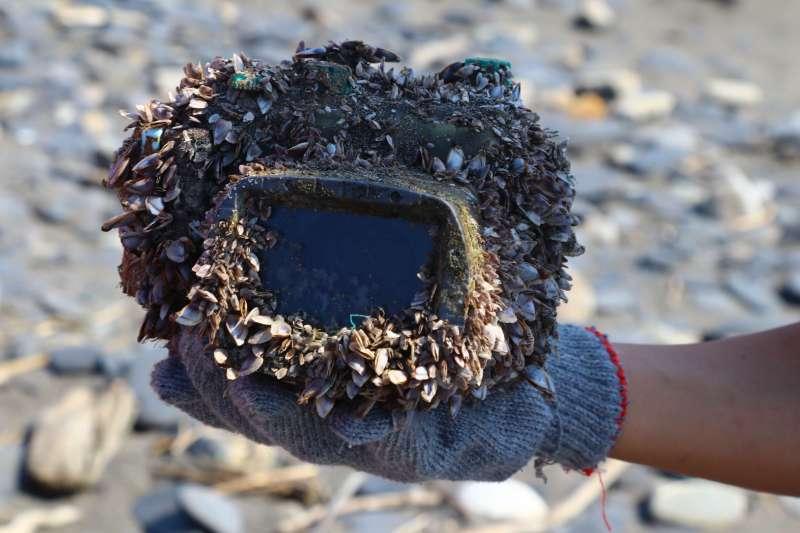 2018.03.27宜蘭岳明國小學生在無尾港海灘,最初撿到的漂流相機樣貌。(圖/想想論壇提供)