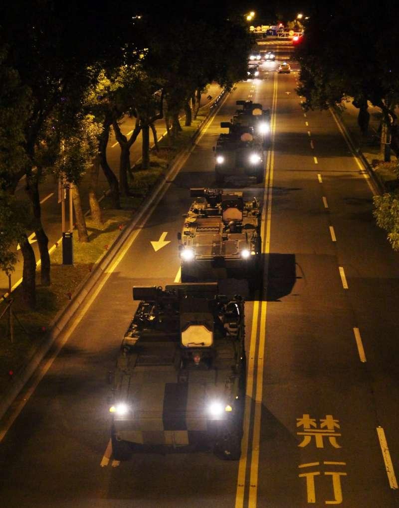 2018-04-19-過去包括憲兵指揮部發言人臉書,也曾公布雲豹甲車利用深夜時段,進行機動隨扈車隊的測試演練。(取自憲兵指揮部發言人)