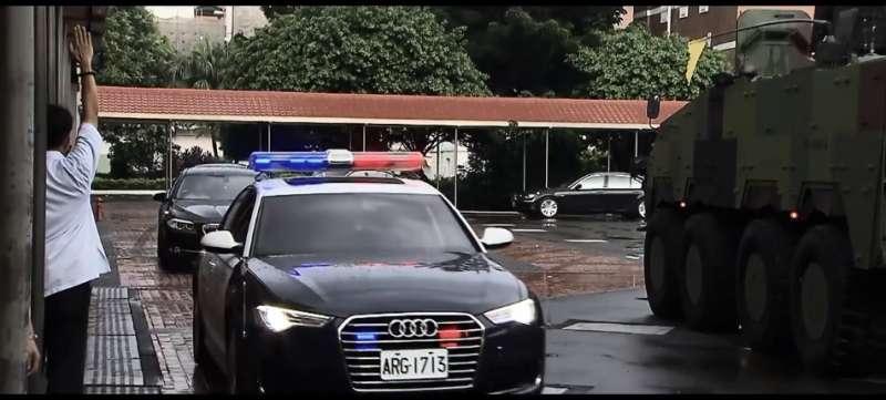 2018-04-19-去年8月政軍兵推後,國防部發布相關影片,圖中總統換乘雲豹甲車的位置,即在後備指揮部內。(取自國防部影片)