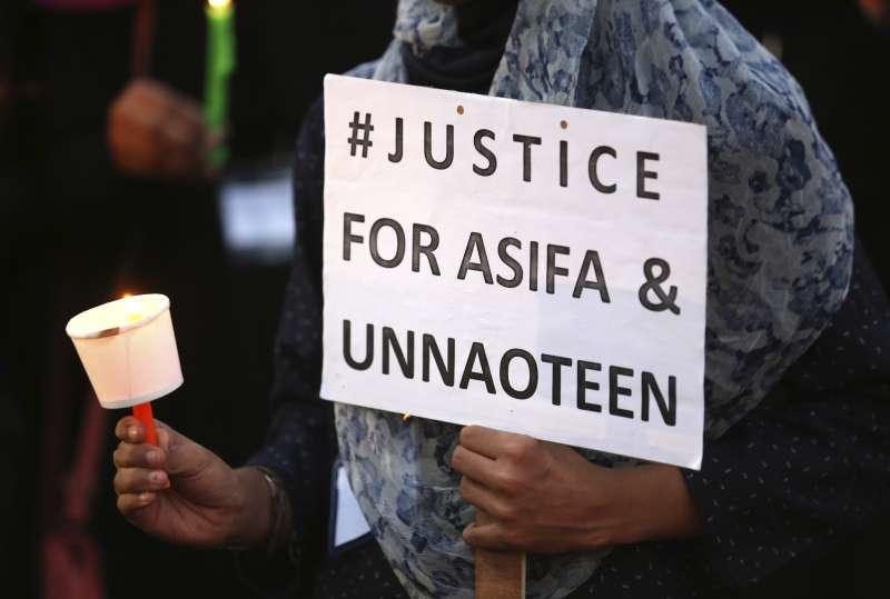 4月13日,印度第四大城海德拉巴的一名女性舉著標語,要求司法為阿希法伸張正義(AP)