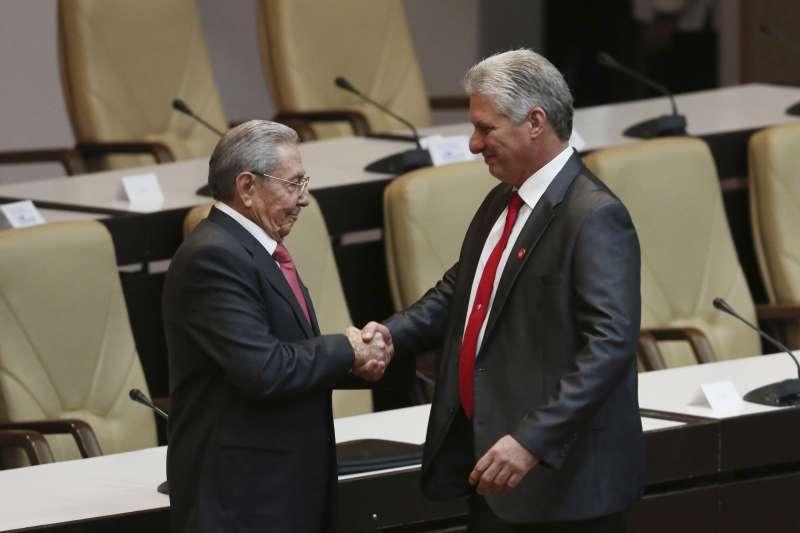 古巴新總統迪亞斯─卡內爾(右)19日上任宣誓就職,取代卸任的勞爾.卡斯楚(左)。(美聯社)
