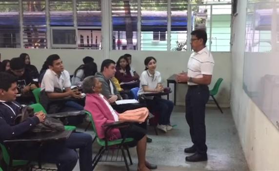帕拉西奧斯在教室第一排聚精會神的上課。(擷取自YouTube)