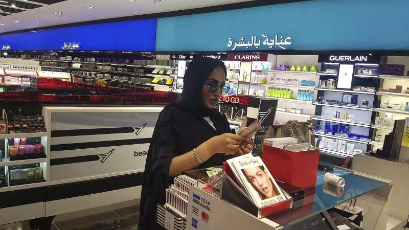 美國歌手蕾哈娜自創的彩妝品牌「Fenty Beauty」19日在沙烏地阿拉伯的絲芙蘭首度上架開賣,巴林女歌手吉涵.謝布(Jihan Sheib)該品牌藍色唇膏(美聯社)
