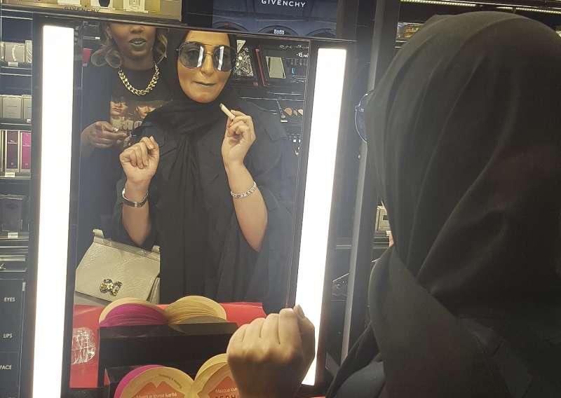 巴林女歌手吉涵.謝布(Jihan Sheib)在沙烏地阿拉伯的絲芙蘭,嘗試美國歌手蕾哈娜自創彩妝品牌「Fenty Beauty」的藍色唇膏(AP)