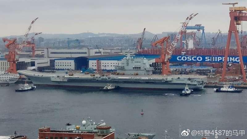 停泊在大連造船廠碼頭的中國首艘自製航母。(翻攝微博)