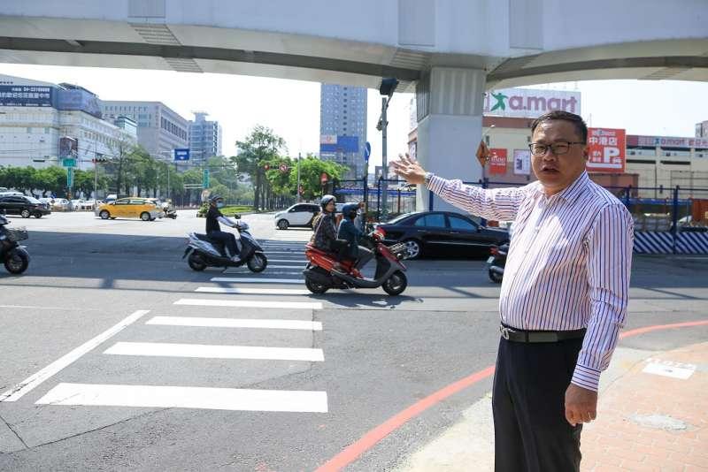 台中市交通局長王義川檢視台灣大道部分路口禁止車輛左轉測試,對初期成效感到滿意。(圖/台中市政府提供)