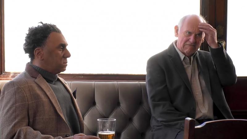 Fred 在英國一隅的酒吧,與顧客們談話。(圖/智慧機器人網提供)