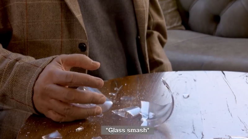 最後更按照計畫打碎手中玻璃杯。(圖/智慧機器人網提供)