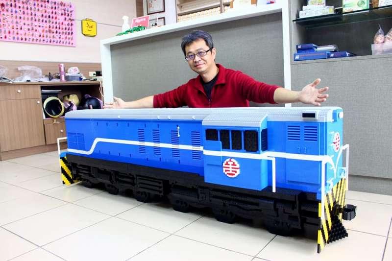 為新竹鐵路路跑活動精心製作的火車樂高,是以1:76等比例縮小的。(圖/黃醫師的樂高積木工作室@Facebook)