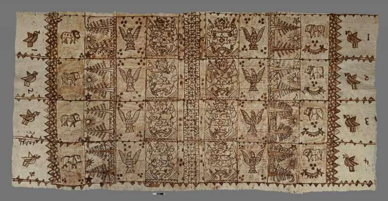 1970 年代出產的東加王國樹皮衣,由構樹樹皮製成,花紋內容包含東加社會重視的動物、植物以及國徽。(圖/The British Museum CC BY-NC-SA 4.0)