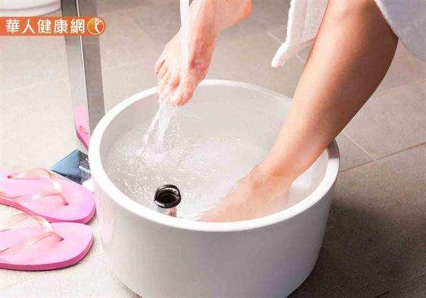 除了單純的用熱水泡腳外,不妨可搭配活血的中藥,譬如,紅花、老薑、當歸等,將藥材煮出藥汁約10分鐘之後,加溫水調成足浴。(圖/華人健康網提供)