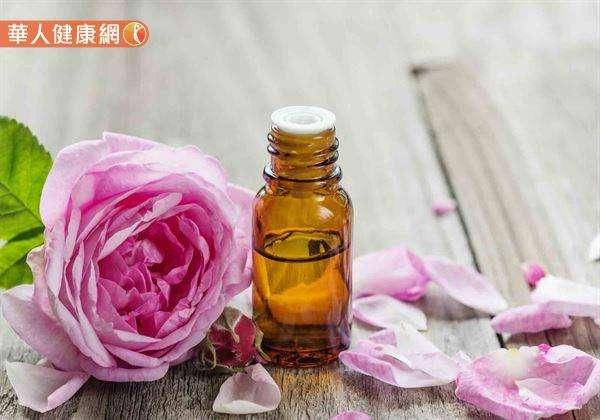 適量添加有催情功效的精油,譬如,玫瑰、茉莉、依蘭等,同時針對腿部內側肝、脾、腎三經絡按摩,也有助達到催情及補腎的作用。(圖/華人健康網提供)