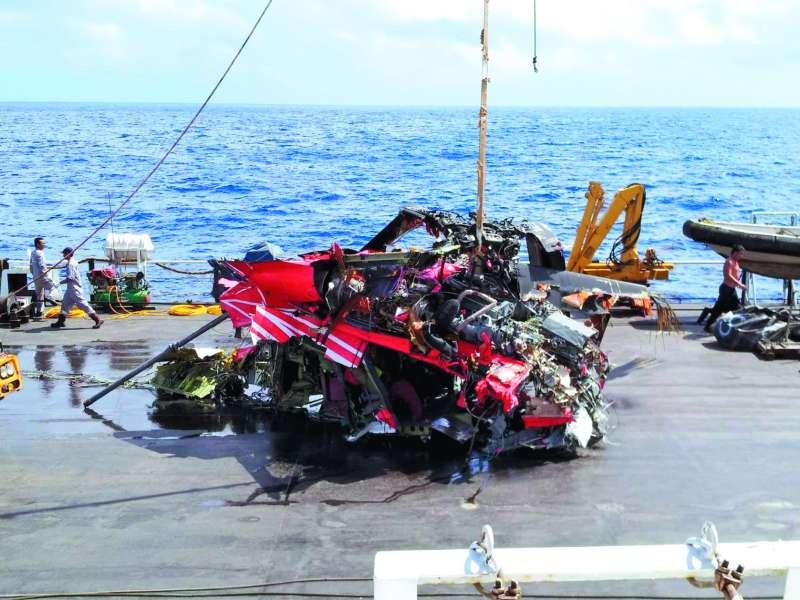 銓日儀打撈起的黑鷹直升機機身中段。(飛安會提供)