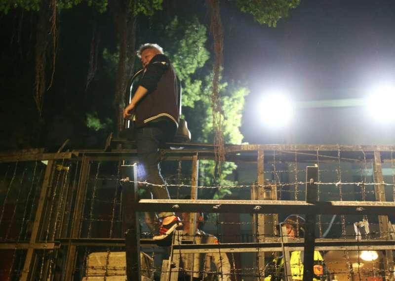 20180425-反年改團體抗議,25日闖入立法院,1男子爬入,被警方帶走。(陳明仁攝)年金改革,反年改