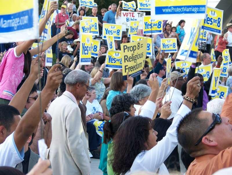 美國加州經常舉行創制案公投,引發各方對公共政策的熱烈辯論,這是2008年「第8號創制案」(Proposition 8)支持者走上街頭(1Flatworld (Richard Johnstone)@Wikipedia / CC BY-SA 2.0)