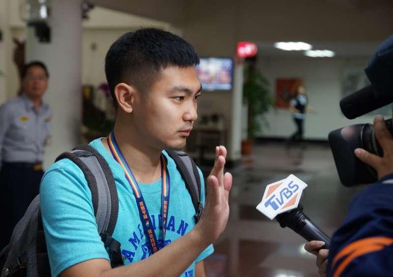 20180426-於反年改抗議活動中受傷的民報記者鍾孟軒,接受記者採訪。(盧逸峰攝)