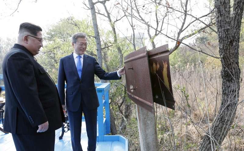 20180227-文在寅和金正恩在徒步之橋上散步談天,途中看到一塊南北韓非軍事區生鏽的牌子。(美聯社)