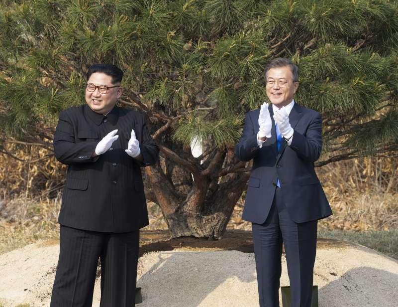 2018年4月27日,兩韓板門店峰會,金正恩與文在寅植樹(AP)