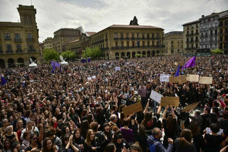 輪暴惡狼僅輕判9年徒刑,潘普洛納城3萬憤怒民眾走上街頭抗議示威。(美聯社)