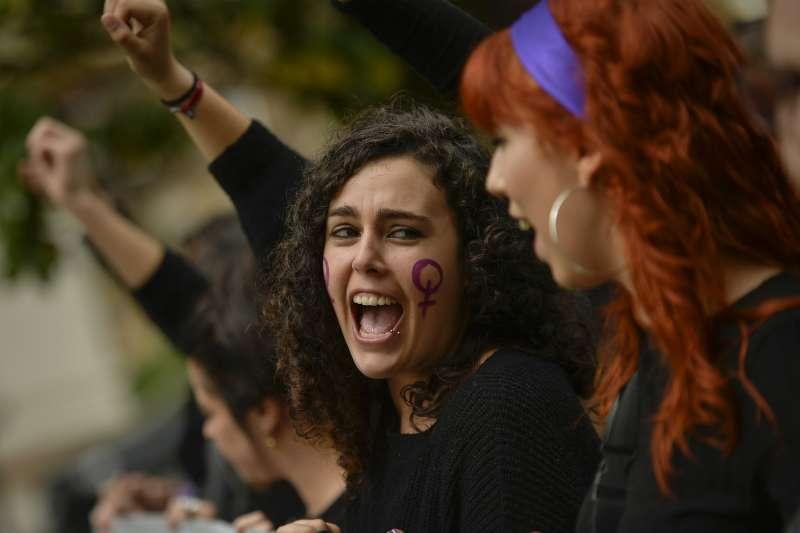示威群眾高舉雙手、大呼口號。(美聯社)