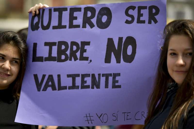 示威口號「我要自由,不是勇敢」。(美聯社)