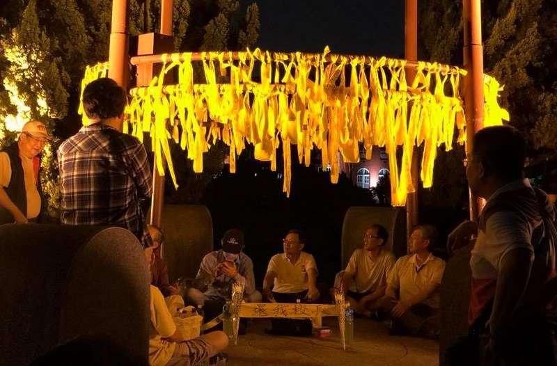 台大傅鐘繫滿黃絲帶,抗議教育部「拔管」。(須文蔚臉書)