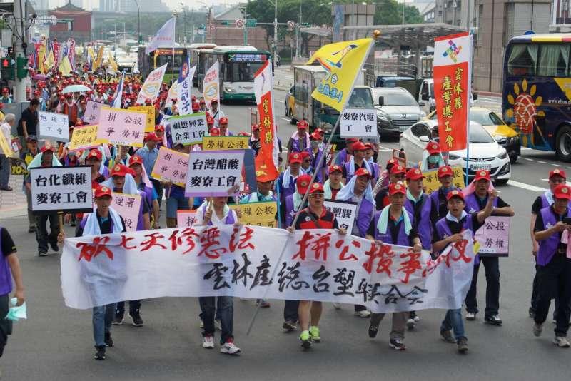 20180501_五一勞工大遊行,隊伍行經至台北車站前。(盧逸峰攝)