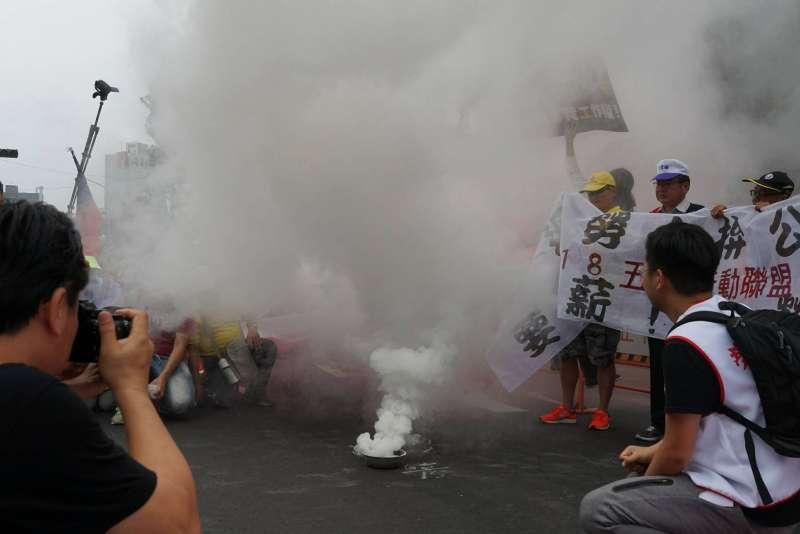 20180501_五一勞工大遊行,於立法院前焚燒狼煙,宣告活動結束。(盧逸峰攝)