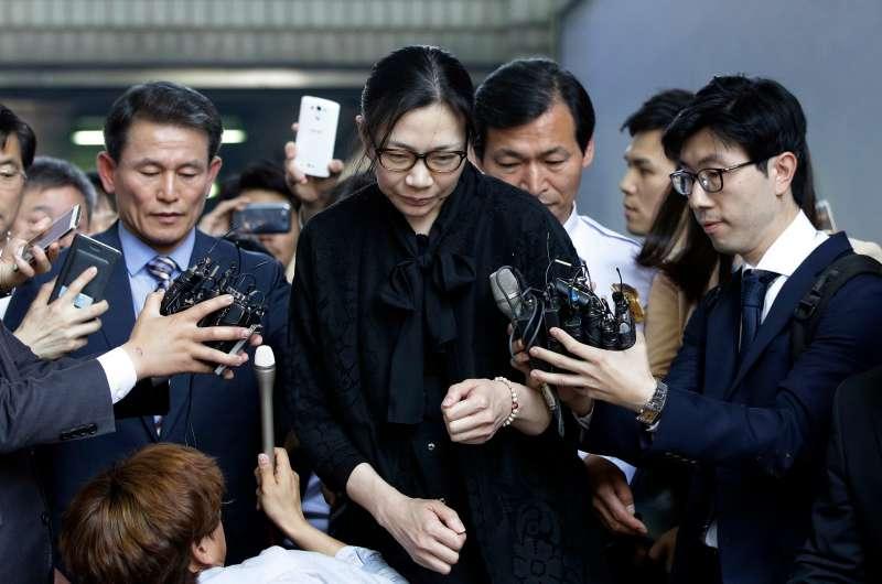 2015年5月22日,大韓航空前高階主管、母公司「韓進集團」總裁趙亮鎬大女兒趙顯娥為「堅果門」惡行出庭。(AP)