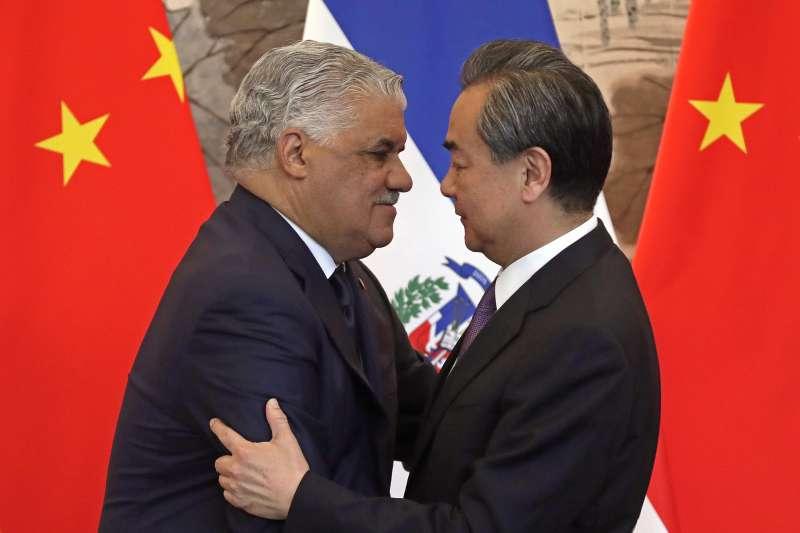 台多斷交:中國外長王毅與多明尼加外長巴爾加斯(AP)
