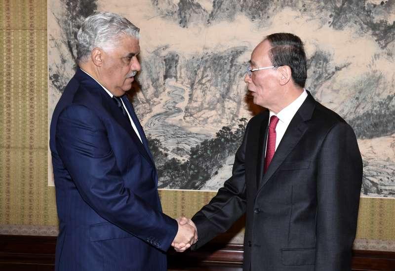 2018年5月1日,台多斷交,中國國家副主席王岐山會見多明尼加外長巴爾加斯(AP)