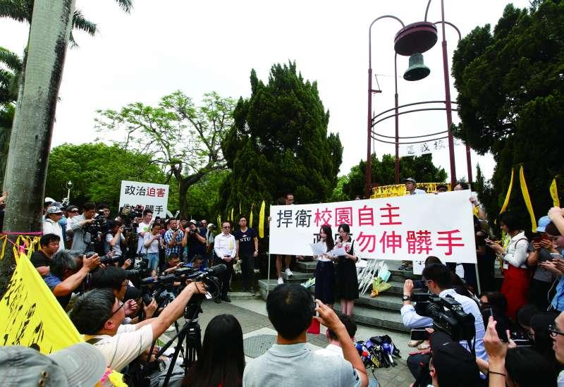 不少學生為「拔管」事件,抗議政治介入校園自主。(郭晉瑋攝)