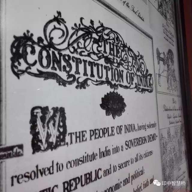 印度憲法序文。 攝於印度金德爾全球大學模擬法庭(圖/澎湃新聞提供)