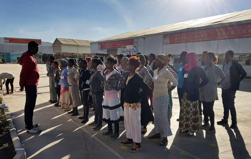 華堅的衣索比亞員工排排站準備進行體能訓練。(AP)