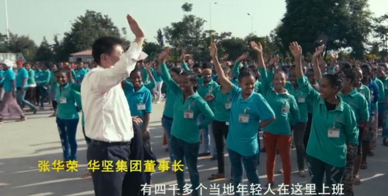 華堅董事長張華榮在《厲害了,我的國》紀錄片中和員工相處融洽。(YouTube截圖)