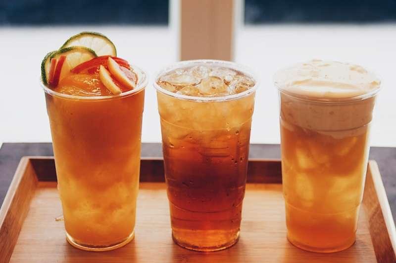 浪人食堂蜜香紅茶、楓糖奶蓋紅茶與水果茶等飲品(慕哲人社提供)