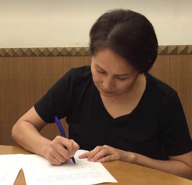 立委高金素梅去年九月簽下前瞻釋憲聲請案的連署書,不過,因為她未參與表決,致使有效提案人未跨過立委總額三分之一門檻。(高金素梅臉書)
