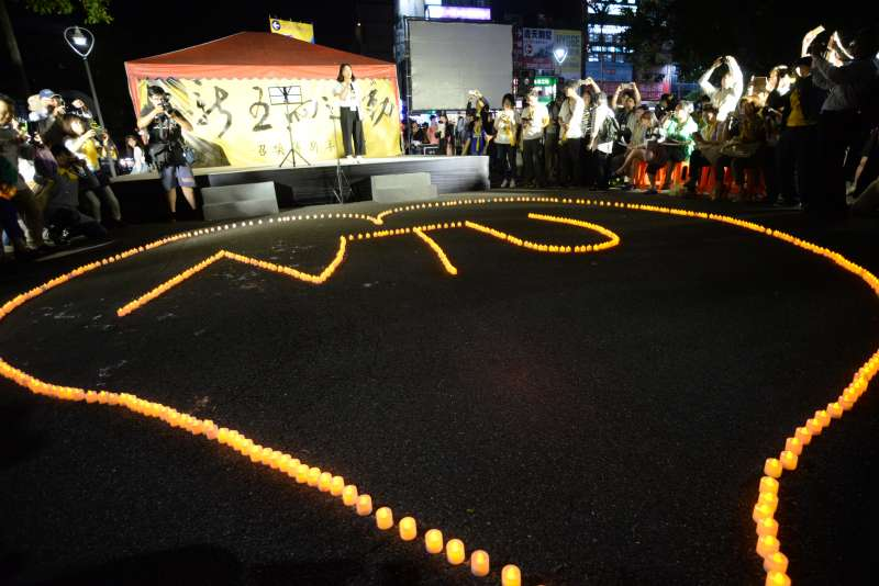 20180504-台大學生舉辦「新五四運動」,晚間學生擺蠟燭繼續守候。(甘岱民攝)