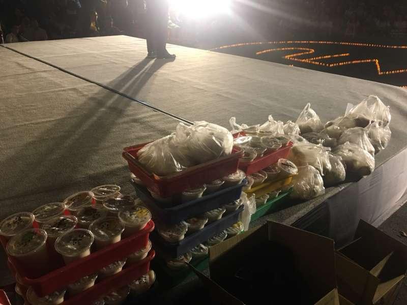 20180504-台大講座教授管中閔未在「新五四運動」現身,但派人送來生煎包與豆漿表達支持與慰問。(李亞璇攝)