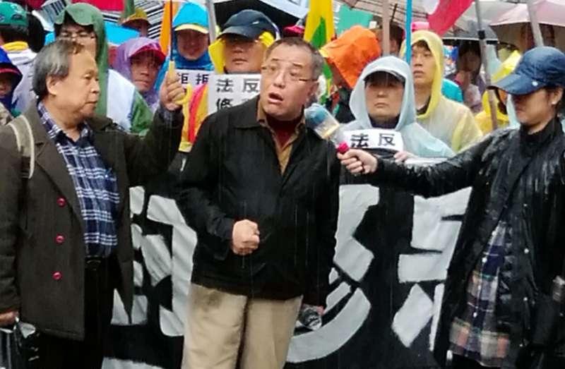 2018年1月,台北市青島東路立法院圍牆外,左翼聯盟幾位核心成員在抗爭活動現場。左為世新大學社發所所長黃德北。(作者提供)