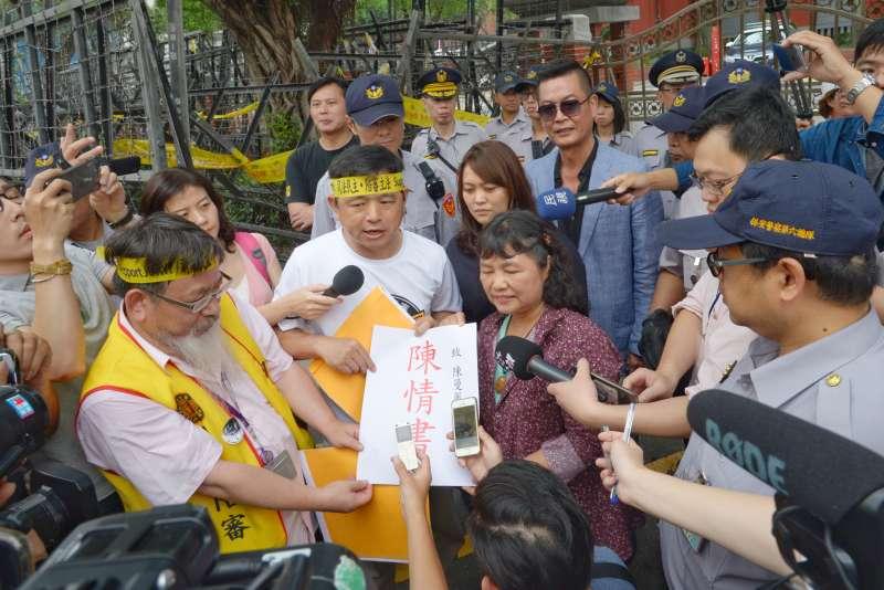 20180505-「55支持陪審大遊行」,立法委員陳曼麗接下陳情書。(甘岱民攝)