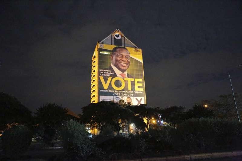 大選在即,批評者質疑姆加納瓦的改革只是表面工夫。(美聯社)