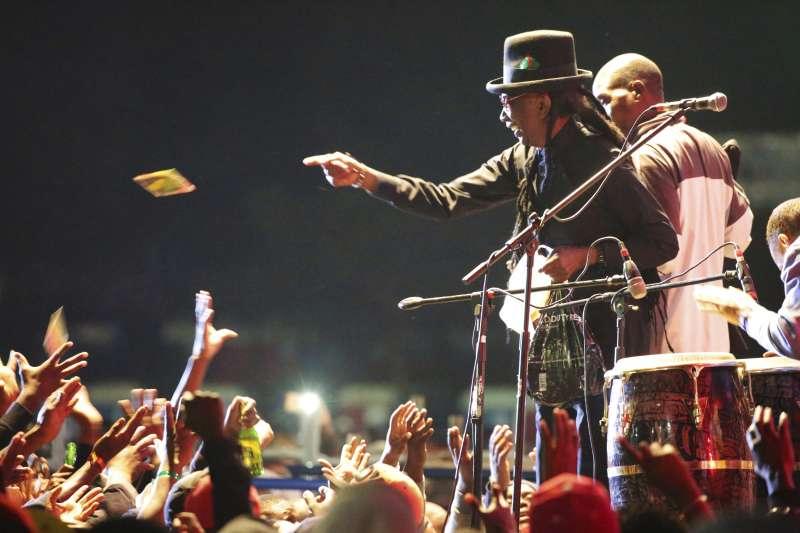 被迫流亡美國的抗議歌手馬普夫莫終於回到祖國。(美聯社)