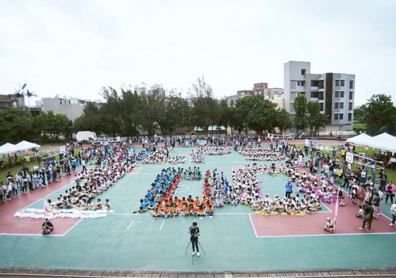 南寮國小全體師生在操場排出「NLPS 100」字樣,迎接百年校慶。(圖/新竹市政府提供)