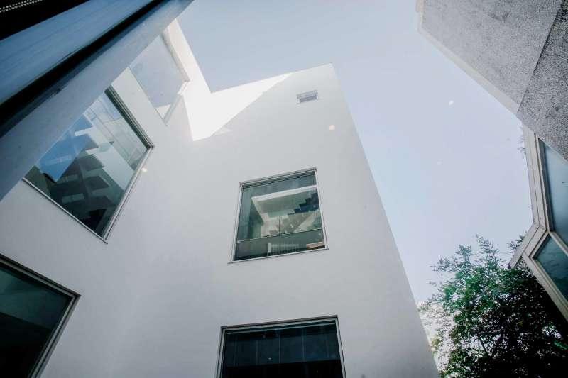 新竹寶山 TOMMY HOUSE 自地自建/建築及室內以白色畫布概念出發,建築設計時區劃的空間設計,室內空間獨立與建築景觀互動讓室內外能更活化空間行為的流動。(圖/WID提供)