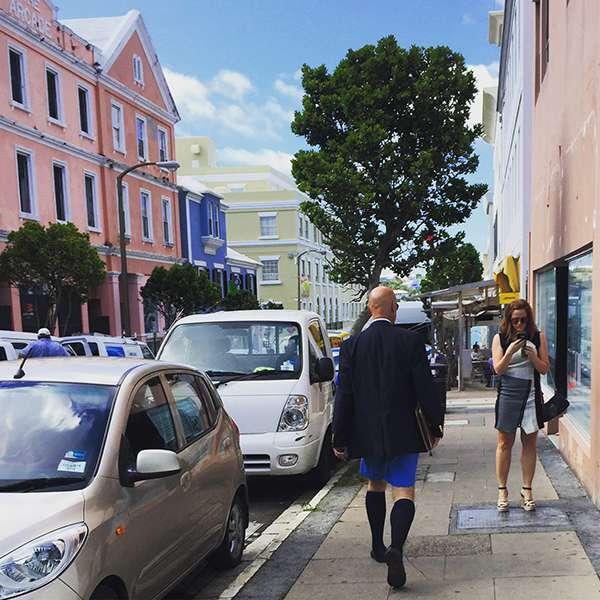 西裝配短褲,百慕達的Dress code。(圖/李遙岑,澎湃新聞提供)