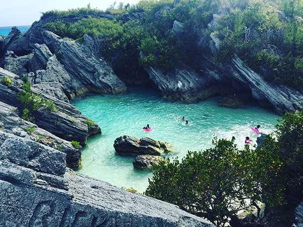 礁石包圍中的天然小泳池。(圖/李遙岑,澎湃新聞提供)